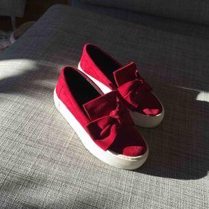 Röda skor med rosett, köpta från Modesto september 18. Tyvärr något försmå för mig. Nytt pris 1500kr. Priset går att diskutera :)
