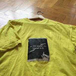 Mysig, ljusgul tshirt med egengjort tryck på framsidan. Använd ett par gånger men alldeles för sällan och säljes därför!
