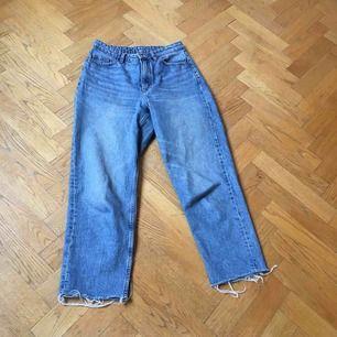 """Blåa jeans från monki i """"momstyle"""", dvs lite lösare i benen. Dem är avklippta längst ner 1cm för den """"trådiga"""" effekten. I mycket bra skick men används inte"""