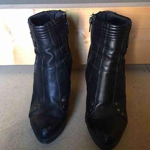 Supersnygga skor från Din Sko i storlek 40. Köptes för 399kr. Säljer för 70kr + frakt eller mötas upp i Stockholm
