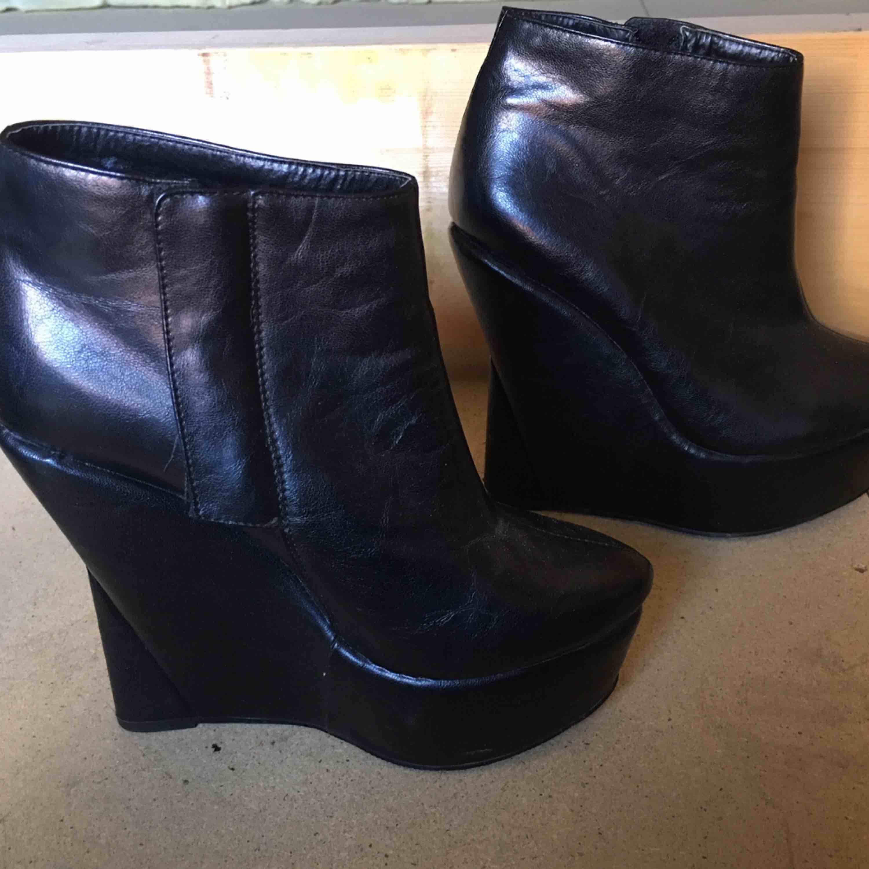 Supersnygga skor från Nelly.com i storlek 39. Köptes för 399kr. Säljer för 70kr + frakt eller mötas upp i Stockholm. Skor.