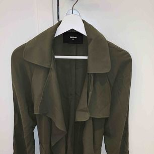 En militär grön kappa ifrån bikbok storlek XS, men passar mer som en s. Perfekt till våren! Aldrig använd, köparen står för frakten📦☺️