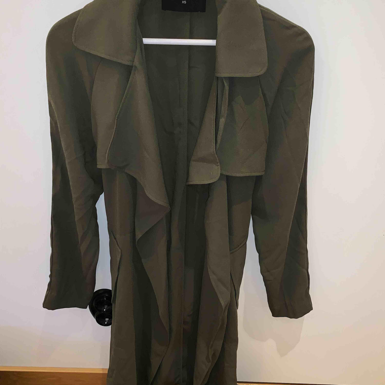 En militär grön kappa ifrån bikbok storlek XS, men passar mer som en s. Perfekt till våren! Aldrig använd, köparen står för frakten📦☺️. Jackor.