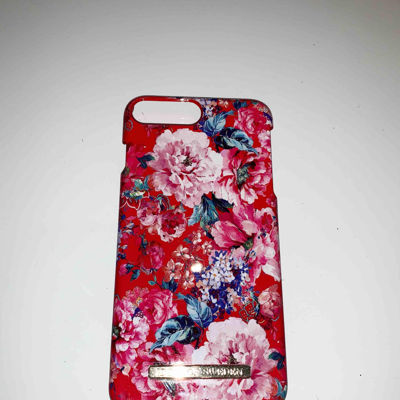Ett super fint blommigt skal ifrån ideal of sweden, iPhone 7 Plus. Super bra skick! Köparen står för frakt☺️📦. Accessoarer.