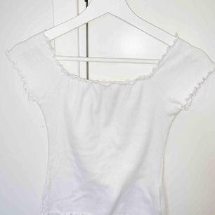 Hollister T-shirt storlek m, men passar lika bra S. Bra skick, knappt använd. Köparen står för frakten📦☺️