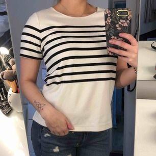 Skön t-shirt från Selected Femme i bra kvalitet. Storlek XS men är lagom till mig som vanligtvis har S. Använd ett fåtal gånger och i bra skick.  Frakt ingår i priset 🌸
