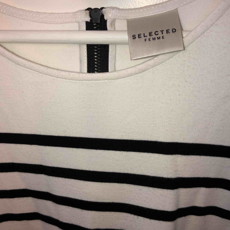Skön t-shirt från Selected Femme i bra kvalitet. Storlek XS men är lagom till mig som vanligtvis har S. Använd ett fåtal gånger och i bra skick.  Frakt ingår i priset 🌸. T-shirts.