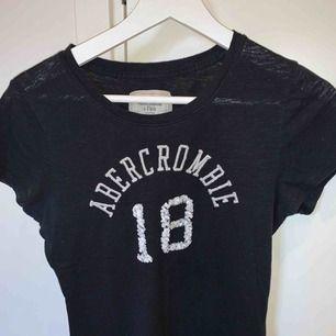 Ett marinblått abercrombie and fitch T-shirt bra skick. Storlek s Köparen står för frakten📦☺️