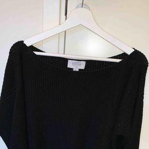 Stickad svart tröja ifrån nakd Bra skick, köparen står för frakt📦☺️