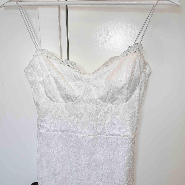 En super fin spets klänning ifrån Nelly Storlek m, men rätt liten så passar mer som en S. Aldrig använd, köparen står för frakten☺️📦. Klänningar.