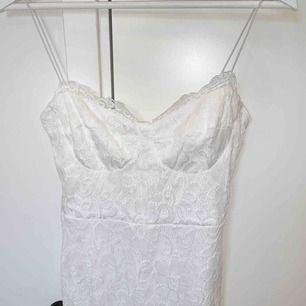 En super fin spets klänning ifrån Nelly Storlek m, men rätt liten så passar mer som en S.  Perfekt nu till student eller andra sommar festligheter. Aldrig använd, köparen står för frakten☺️📦