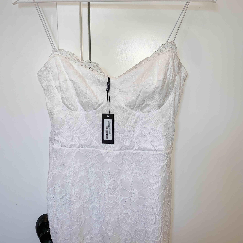 En super fin spets klänning ifrån Nelly Storlek m, men rätt liten så passar mer som en S.  Perfekt nu till student eller andra sommar festligheter. Aldrig använd, köparen står för frakten☺️📦. Klänningar.