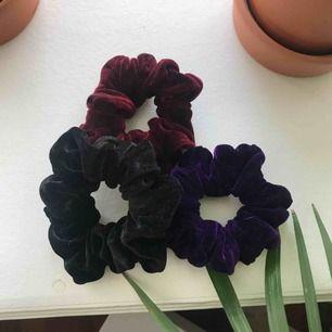 3 st velvet scrunchies från American Apparel! (Svart,vinröd och lila) Frakten är inräknad i det ovannämnda priset!💃🏽💃🏽