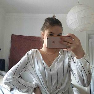 Somrig och fin blus i ett mjuk T-shirtmatrial  frakt 25kr