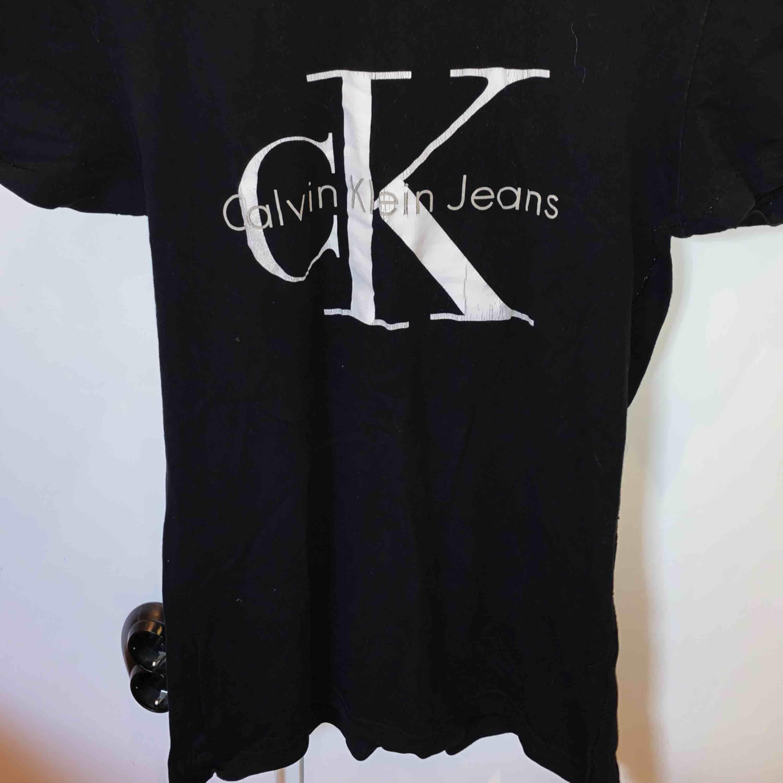 Calvin Klein T-shirt  Storlek s Köparen står för frakten☺️📦. T-shirts.