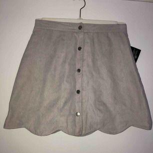 Oanvänd kjol från NLY Trend i storlek 36. Lappen sitter fortfarande kvar. Rätt smal i midjan vilket är varför jag inte har använt den annars är den jättefin!  Frakt ingår 🌸