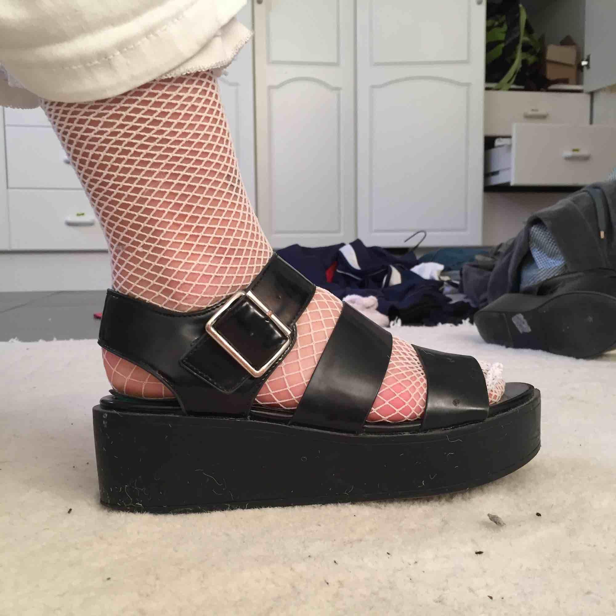 Svarta platå sandaler osäker på om det är storlek 37 eller 38 men funkar för båda jag har själv nånstans där emellan. Skor.