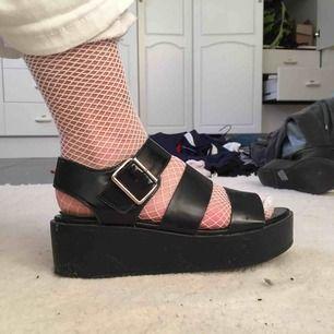 Svarta platå sandaler osäker på om det är storlek 37 eller 38 men funkar för båda jag har själv nånstans där emellan