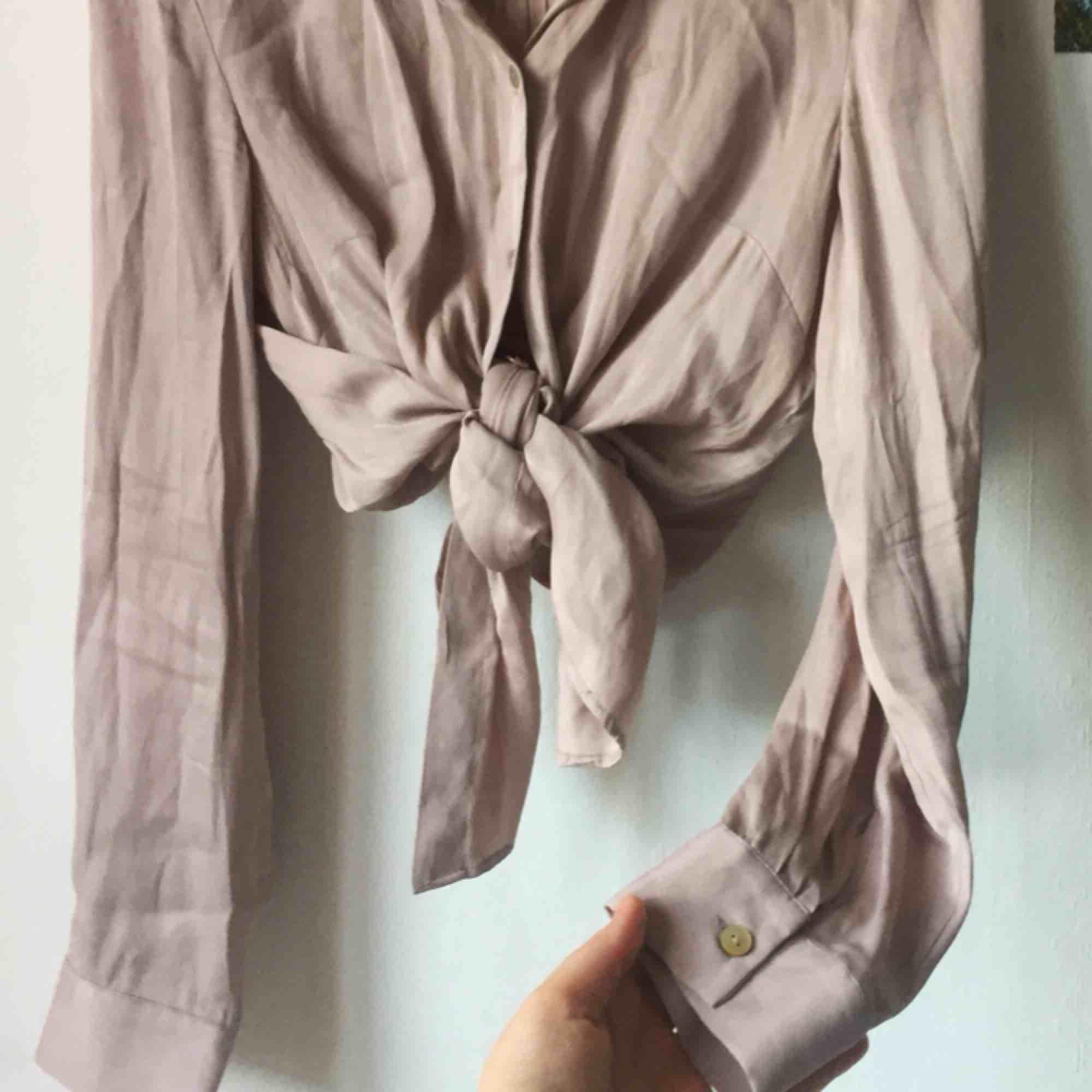 """Superfin och så bekväm skjorta i """"silkes""""-material. Är bred över axlarna och går att knyta upp och dra åt olika, så passar alla från XS-L, (bär själv S-M). Kan mötas upp i Gbg. Annars tillkommer frakt, och den betalar du!. Skjortor."""