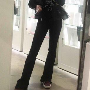 Svart bootcut jeans, passar xs-s.