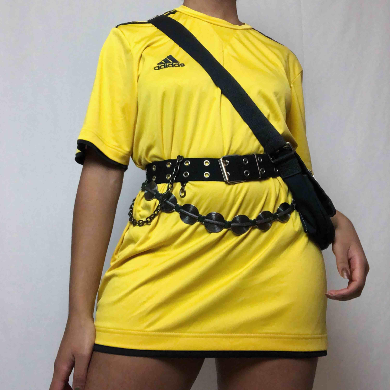Snygg gul Adidas t-shirt🔥 40kr frakt! Har ett litet märke på baksidan (se bild) men inget som sticker ut!. T-shirts.