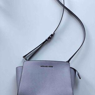Jättefin väska från Michael Kors, modell Selma crossbody i en annorlunda färg. Syns bäst på första bilden. Köpt från kollektionen sommaren 2016 i butiken på Birgerjarlsgatan men använd få gånger. Perfekt storlek