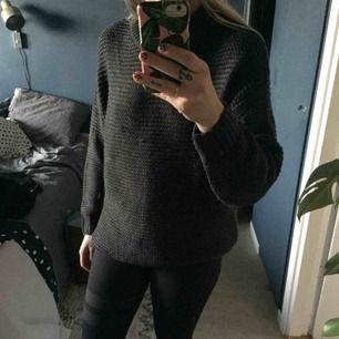 Mörkgrå stickad tröja. Har gått ett par maskor (kan säkert lösas genom att peta bak de på baksidan) i övrigt fint skick.