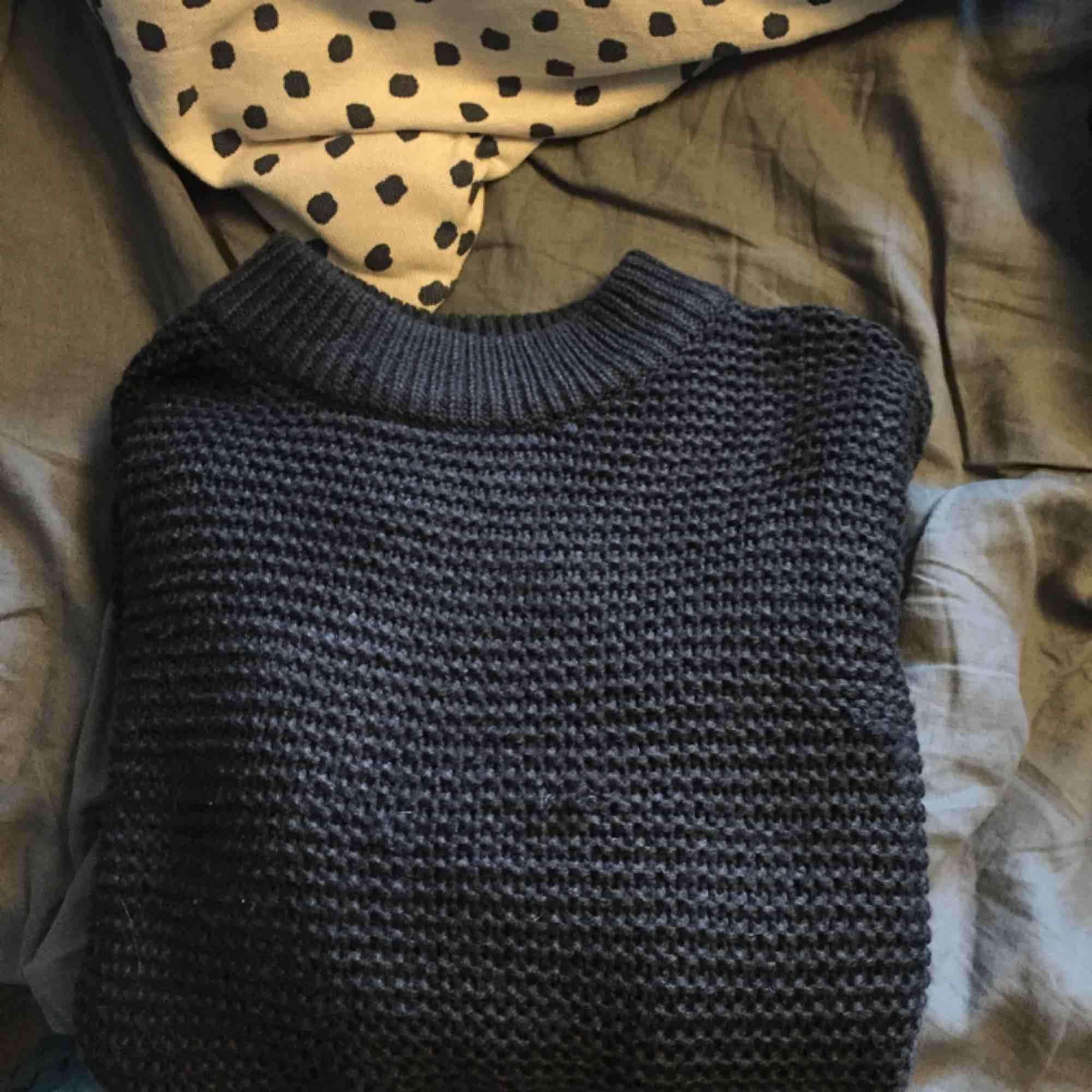Mörkgrå stickad tröja. Har gått ett par maskor (kan säkert lösas genom att peta bak de på baksidan) i övrigt fint skick.. Stickat.