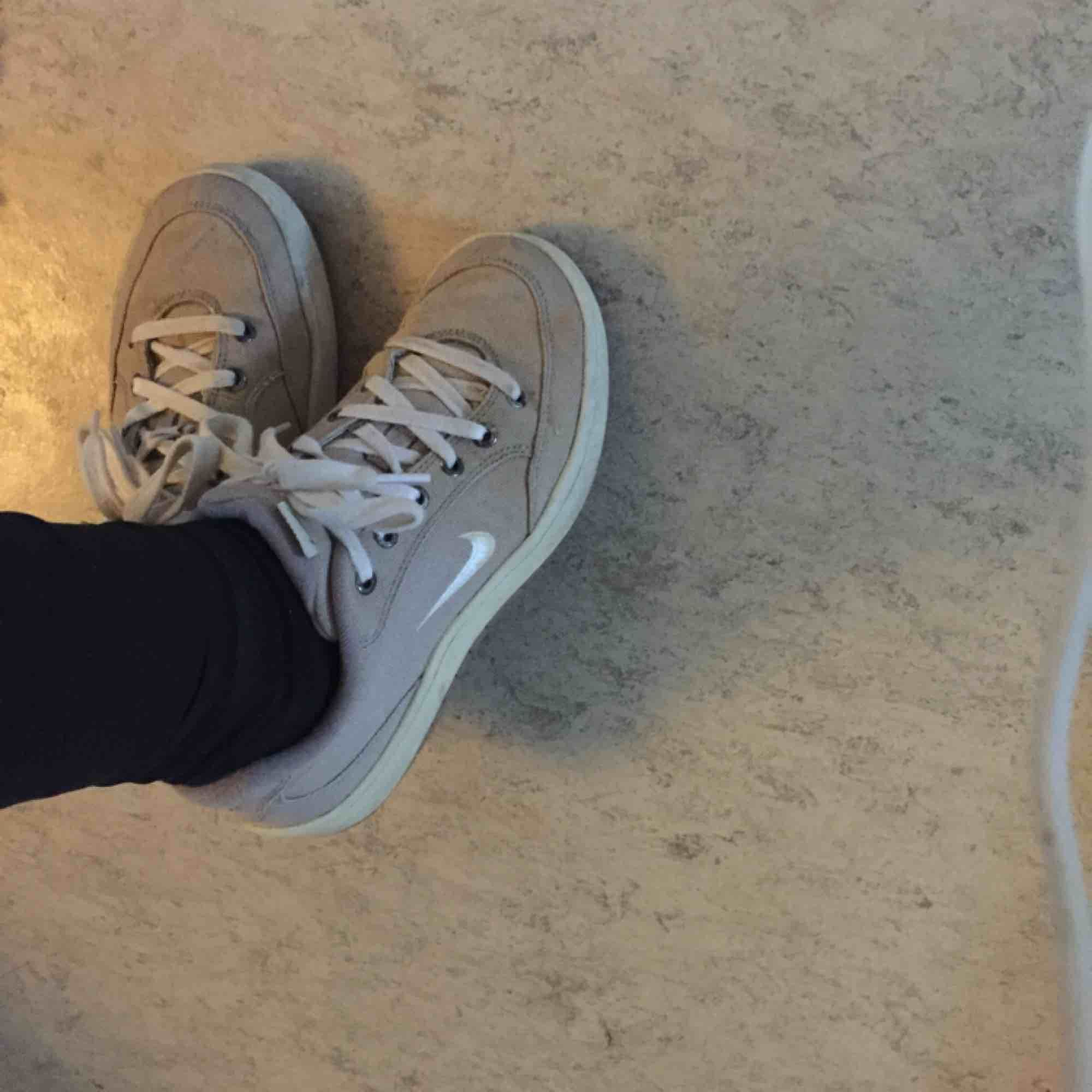 Nikesneakers i använt men gott skick. Står 40 lappen men jag uppfattar de mer som en 39.. Skor.