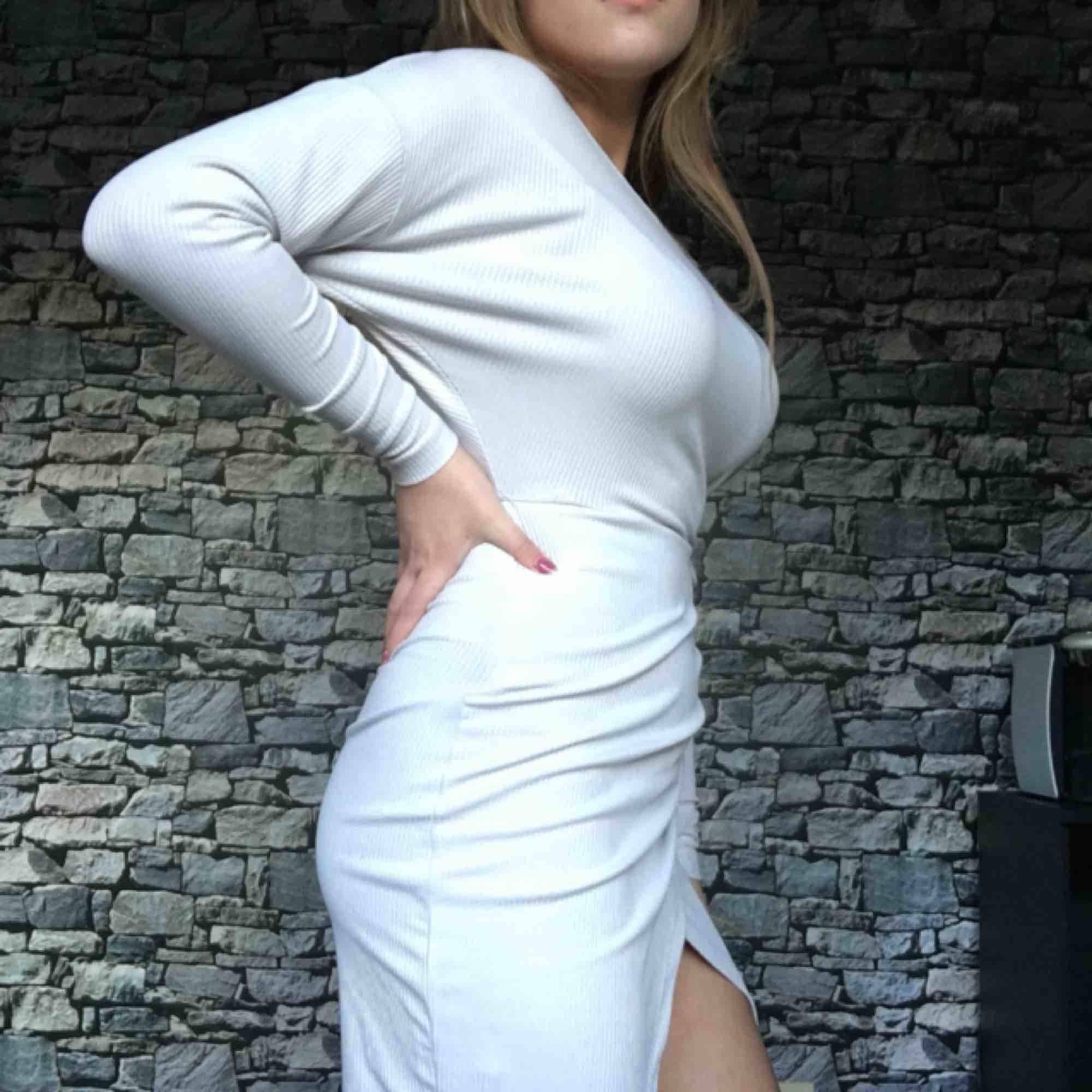 Ljusgrå klänning med din slits, ribbad i tyget. . Klänningar.