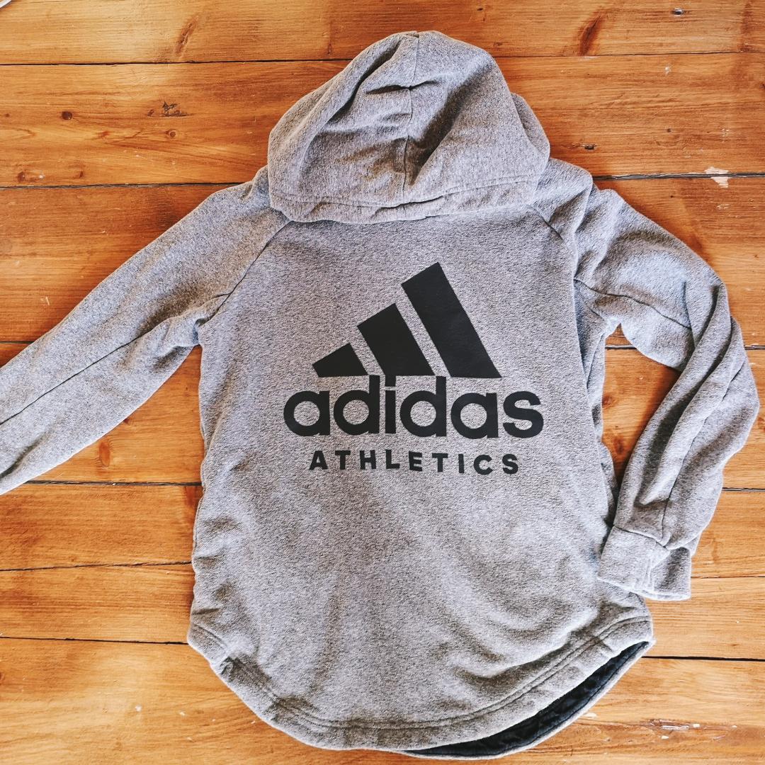 Adidas hoodie som knappt är använd. Dock lite nopprig. Men annars superfin. Har fickor vid sidan av magen. Kan även passa en M. Frakt tillkommer . Tröjor & Koftor.
