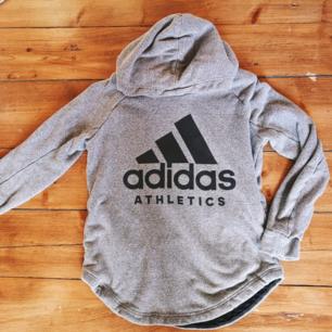 Adidas hoodie som knappt är använd. Dock lite nopprig. Men annars superfin. Har fickor vid sidan av magen. Kan även passa en M. Frakt tillkommer