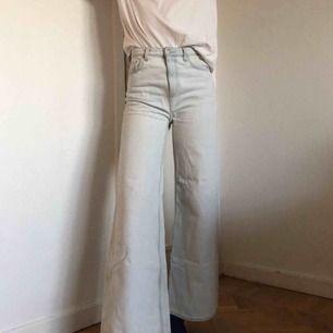 Bleka Aces från Weekday i fint skick! Strl 24/32 100% bomull   Mer info: https://www.weekday.com/en_sek/women/categories/jeans/product.ace-bleached-jeans-blue.0613712001.html