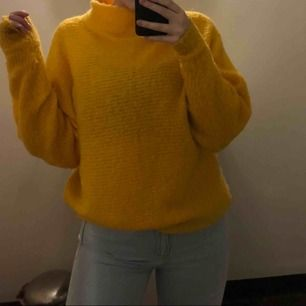 En jätte mysig gul stickad tröja ifrån Nakd. Den är i stl XS men ska vara lite oversized så passar även S och säkert M. Bild 2 ger inte en rättvis bild av färgen då den är mer som på bild 1. Köparen står för frakten som ligger på 60 kr ☺️