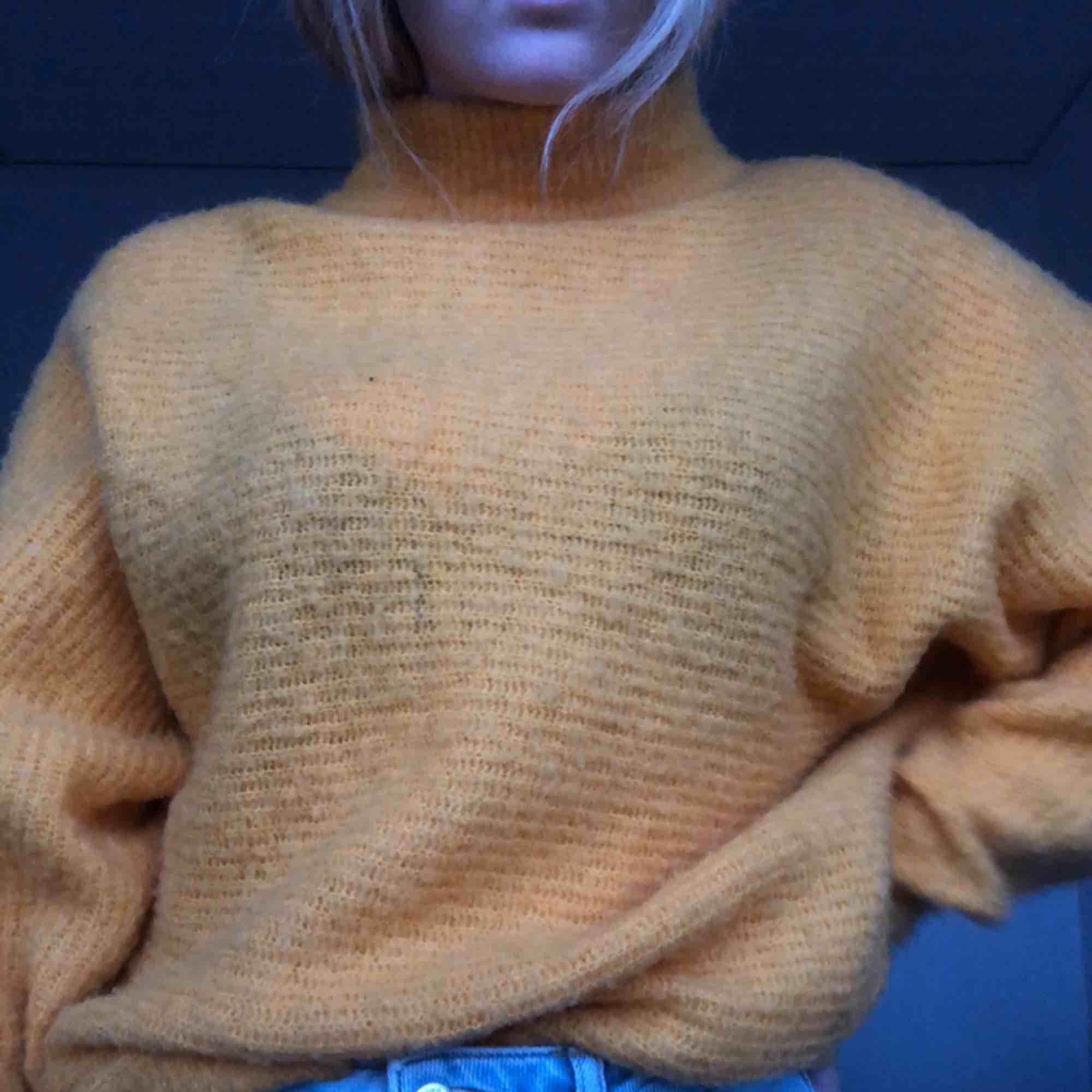 En jätte mysig gul stickad tröja ifrån Nakd. Den är i stl XS men ska vara lite oversized så passar även S och säkert M. Bild 2 ger inte en rättvis bild av färgen då den är mer som på bild 1. Köparen står för frakten som ligger på 60 kr ☺️. Stickat.