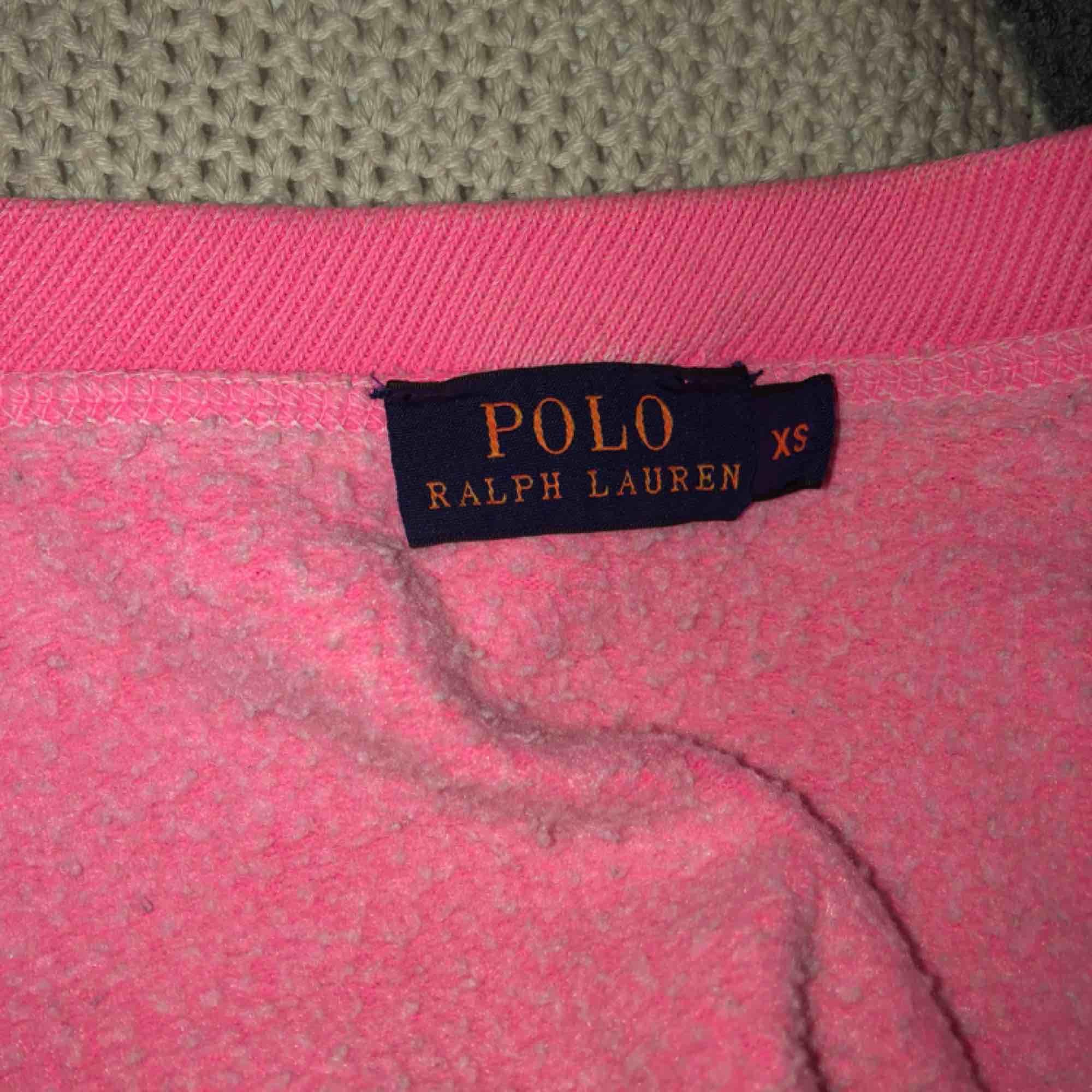 En chockrosa collegetröja ifrån Ralph lauren, loggan är i limegrönt. Stl XS. Köparen står för frakten som ligger på 60 kr, jag tar emot swish:). Huvtröjor & Träningströjor.