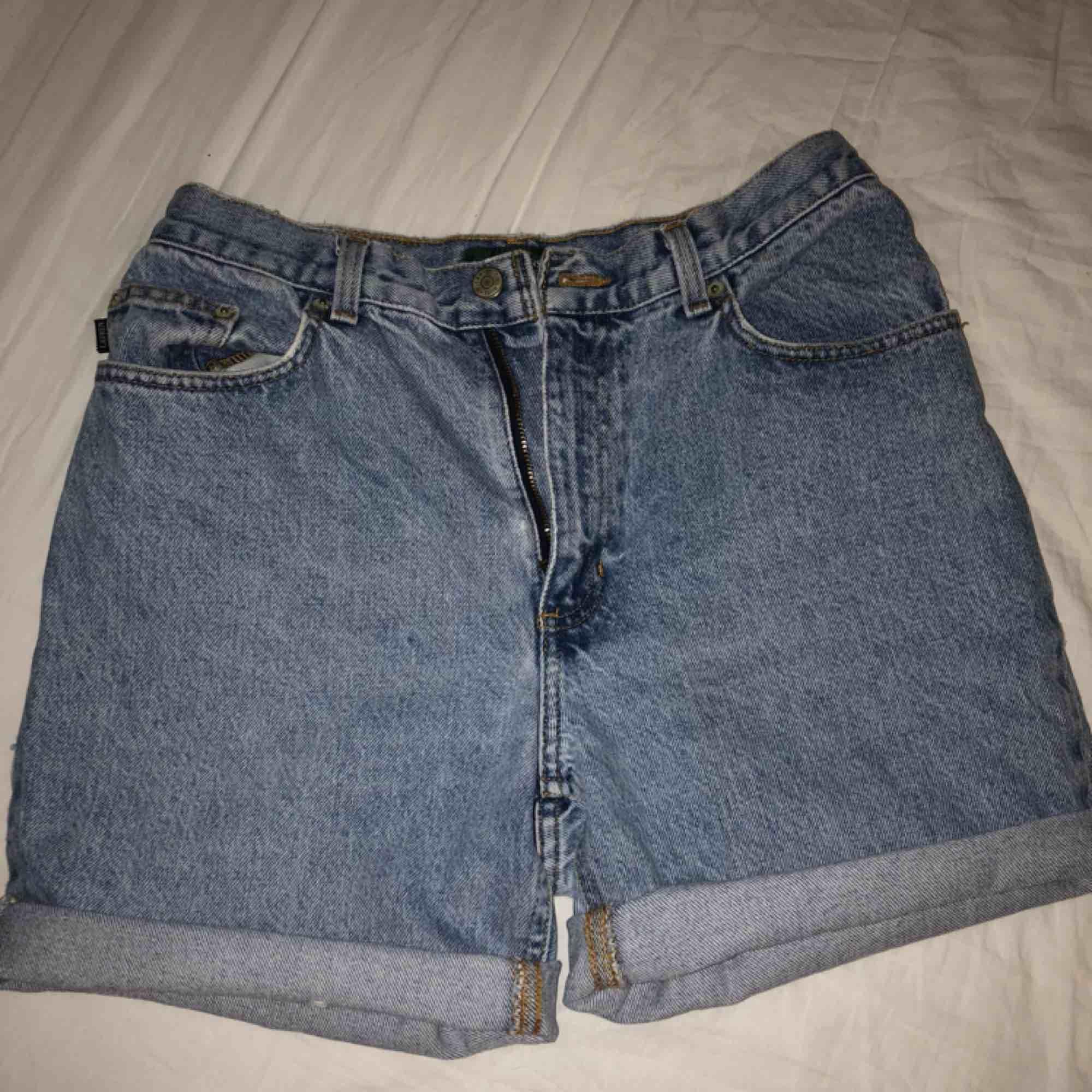 Ett par riktigt snygga vintage Ralph Lauren shorts, gjorda av ett par jeans. Snygg passform och ger en riktig vintage känsla. Storleken är 10P vilket jag uppfattat som M, efter lite Google sökning. . Shorts.