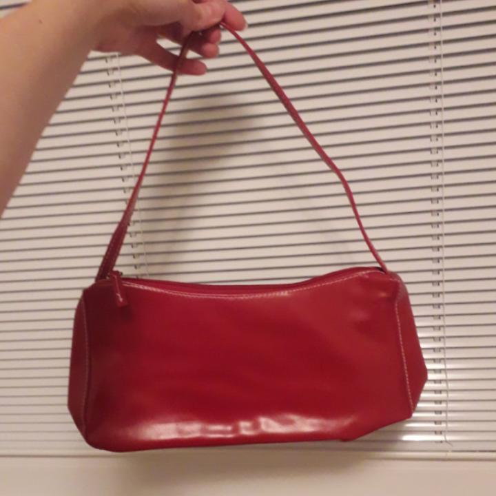 Röd 90tals väska!😍 Frakt: 20kr. Väskor.