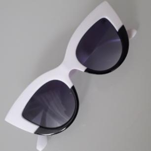 Unika dippade cateyebrillor i svart och vitt!❤ Frakt: 9kr