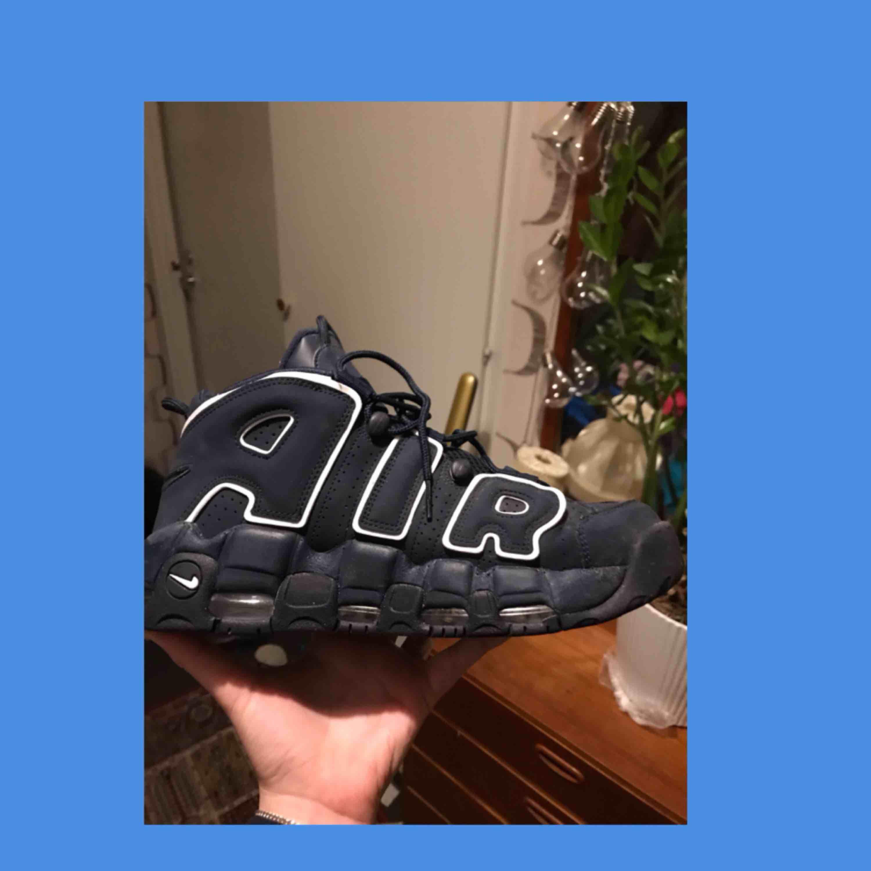 nike air more uptempo 96 obsidian. as bra skick säljer för dem är för stora tyvärr. Modellen släpptes sent 2017 och är det närmsta man kan komma till den originella skon som släpptes på 80-talet. 650kr inkluderat frakt. . Skor.