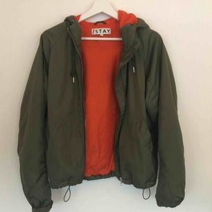 Militärgrön jacka med orange innerfoder, köpt förra året på Carlings men knappt använd. 150kr + frakt, kan mötas upp också 💞