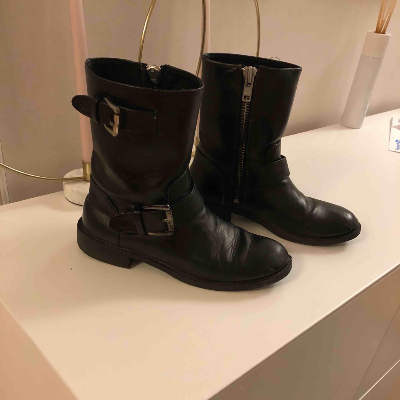 Ett par svarta biker boots från HM! Super snygg men kommer tyvärr inte till användning✨. Skor.
