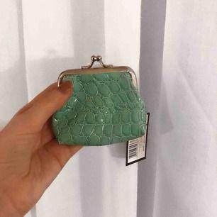 Söt liten plånbok i ormskinns imitation, helt ny med lapp kvar! 😊