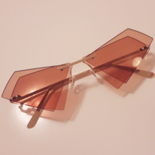 Secondhand solglasögon med fantastiska vinklar med det dubblade kantiga glaset! Frakt: 9kr