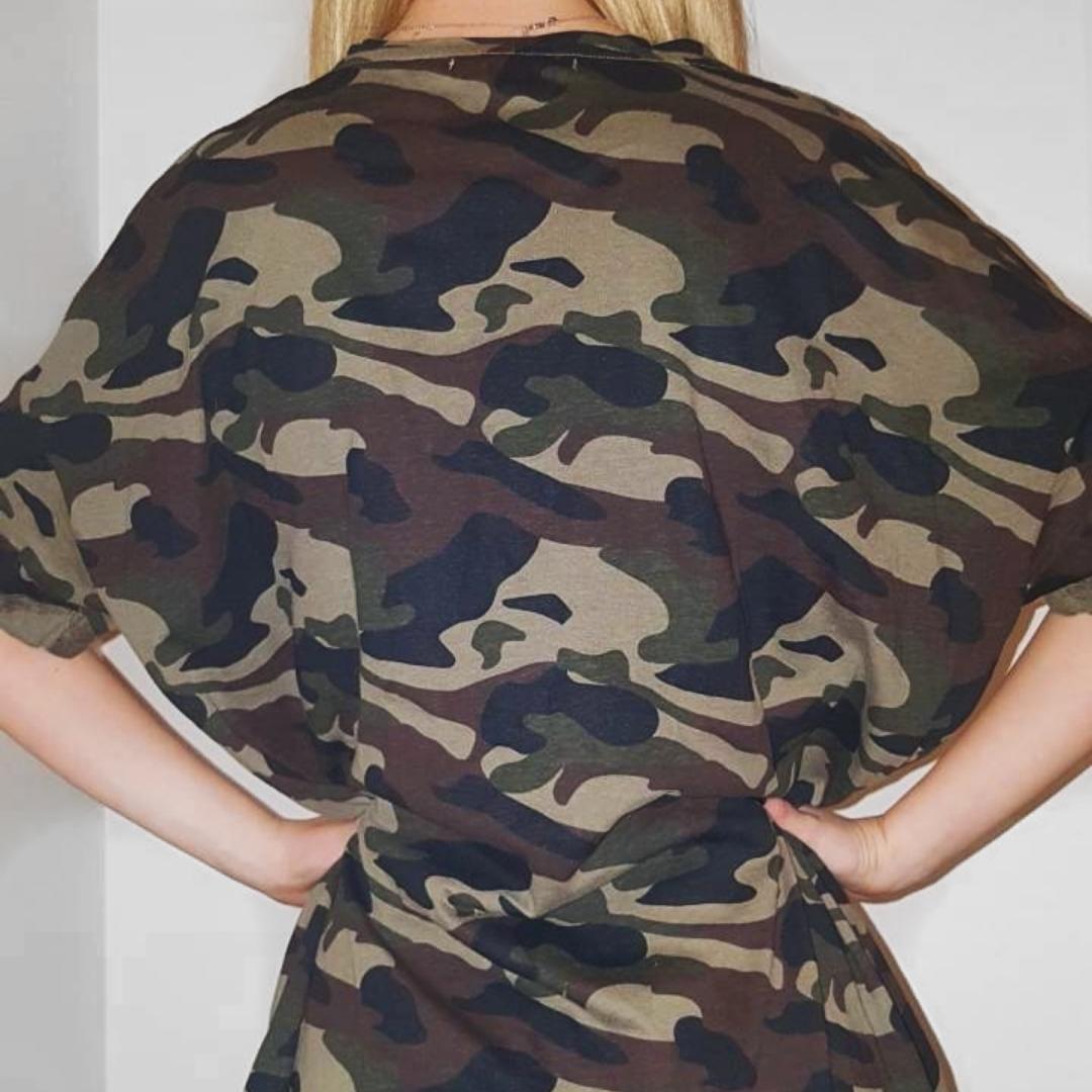 Riktigt snygg t-shirt klänning i kamouflage från Pull&Bear som sitter super snyggt med ett tjockt midjeskärp. Frakt tillkommer vid köp🖤. Klänningar.