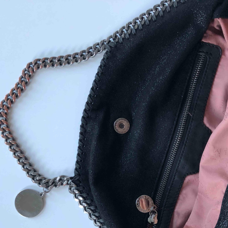 Stella McCartney Falabella tote, mellanstorleken - den bästa och perfekta storleken som går att bära på flera sätt. Svart med silverdetaljer, fint skick men vanligt slitage på kedjan. Självklart äkta, Nypris 7900 kr. Väskor.