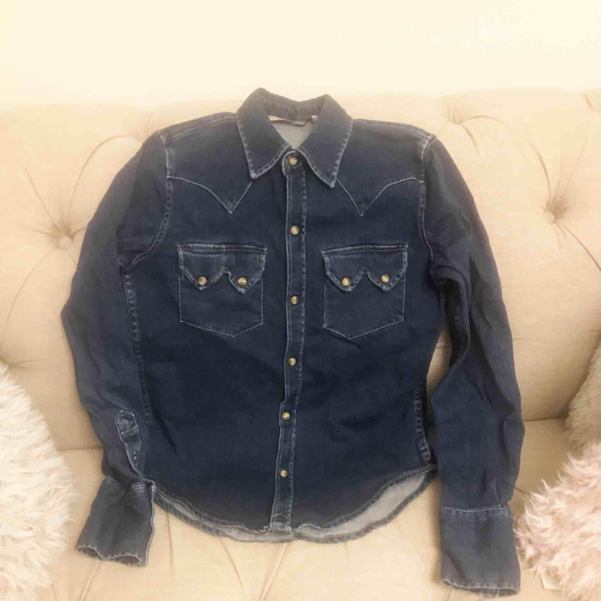 Zara jeansskjorta i storlek S. Stretchigt material (kan passa större/mindre storlek). Fint skick, inga hål eller fläckar. Frakt tillkommer.. Skjortor.