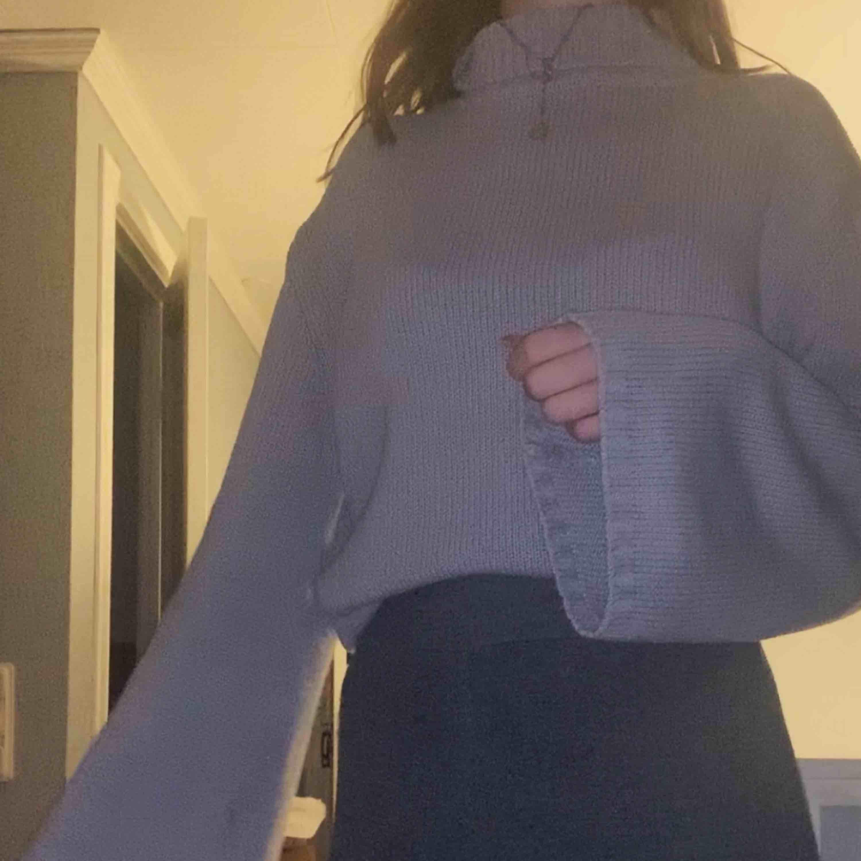 Polotröja från nakd! Lite grövre stickad o jättevarm o mysig!! Den är lite oversized men har vikt in den på bilden! . Stickat.