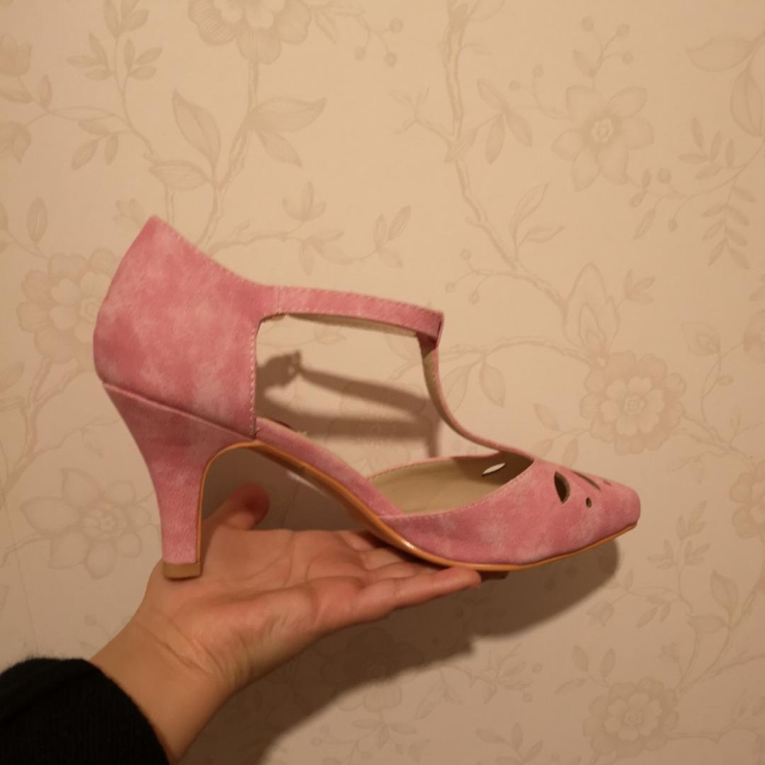 Jag säljer dessa super-snygga rosa Lulu Hun klackar i storlek 38. Inköpta på Beyond Retro för 530 (ungefär).  Endast provade!! Köparen står för frakten 😊 Kan skicka flera bilder om det behövs . Skor.