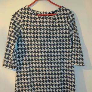 Hundtandmönstrad klänning i ett lite varmare material